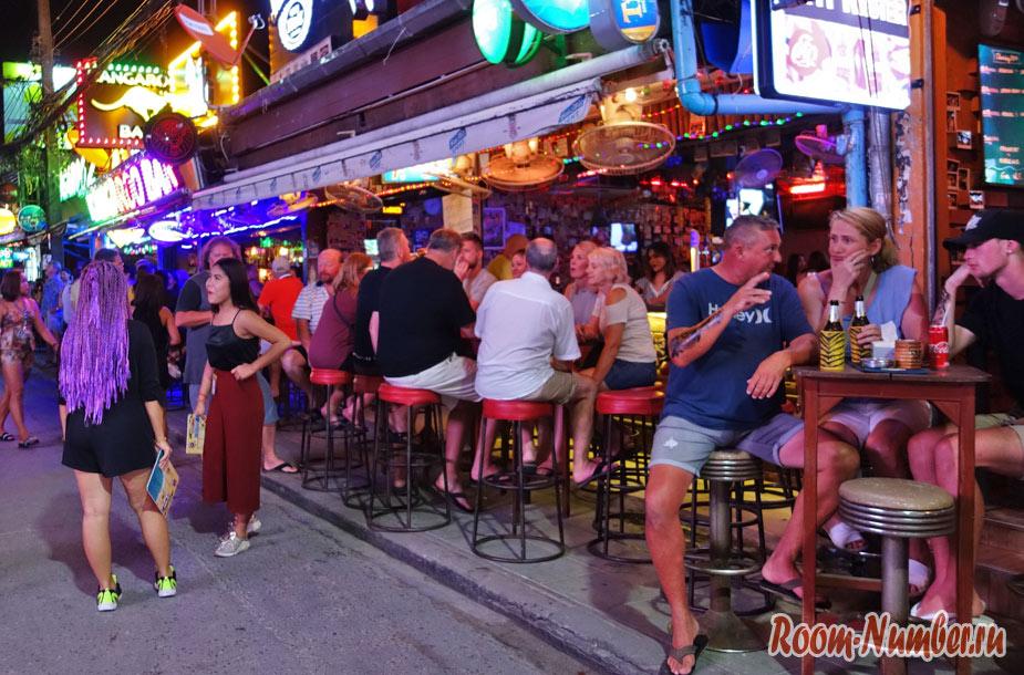 Туристы сидят в баре на Бангла роуд