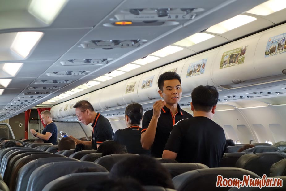 бортпроводники в самолете авиакомпании jetstar за работой