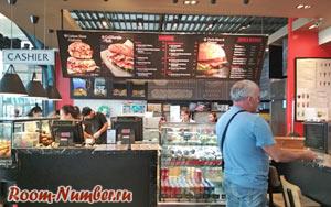Завтрак в кофейне в аэропорту Пхукета перед вылетом в Сингапур