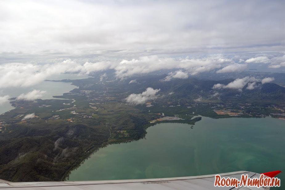 Вид на остров Пхукет с высоты при вылете в Сингапур