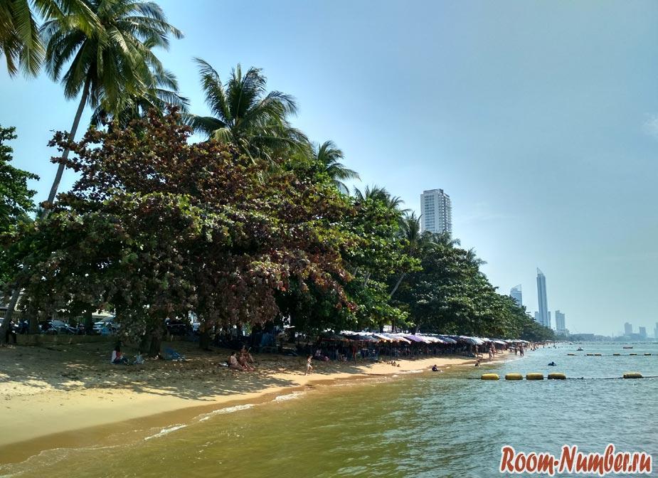 Пляж Джомтьен в Паттайе в центральной части во время прилива