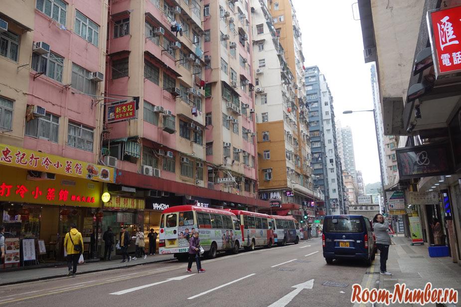 Улица в районе Коулун в Гонконге