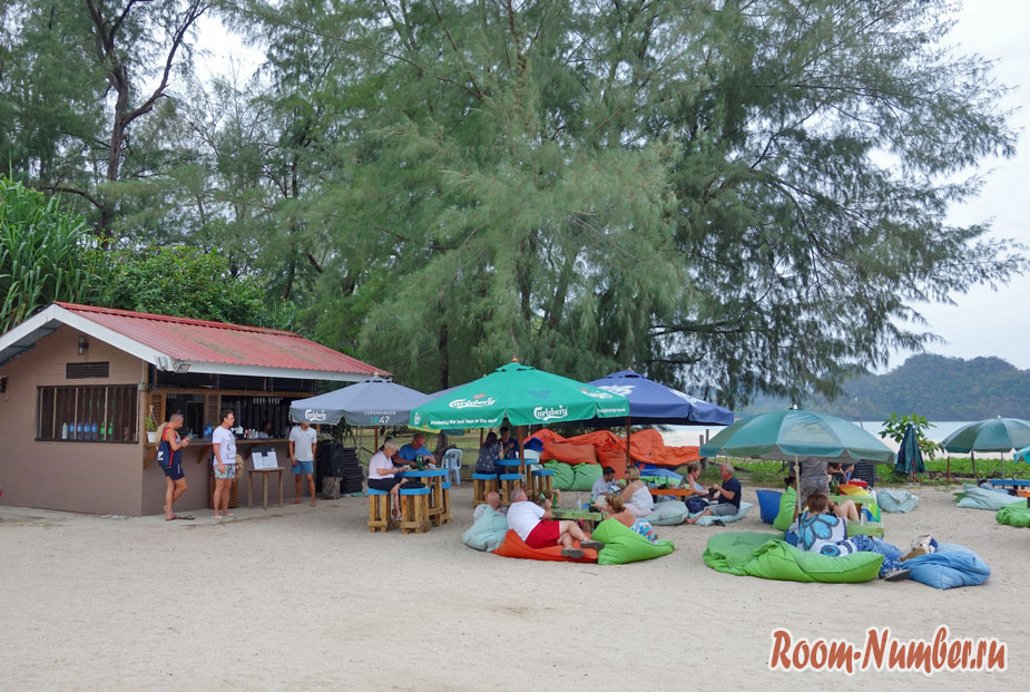 Туристы отдыхают в пляжном кафе на берегу моря