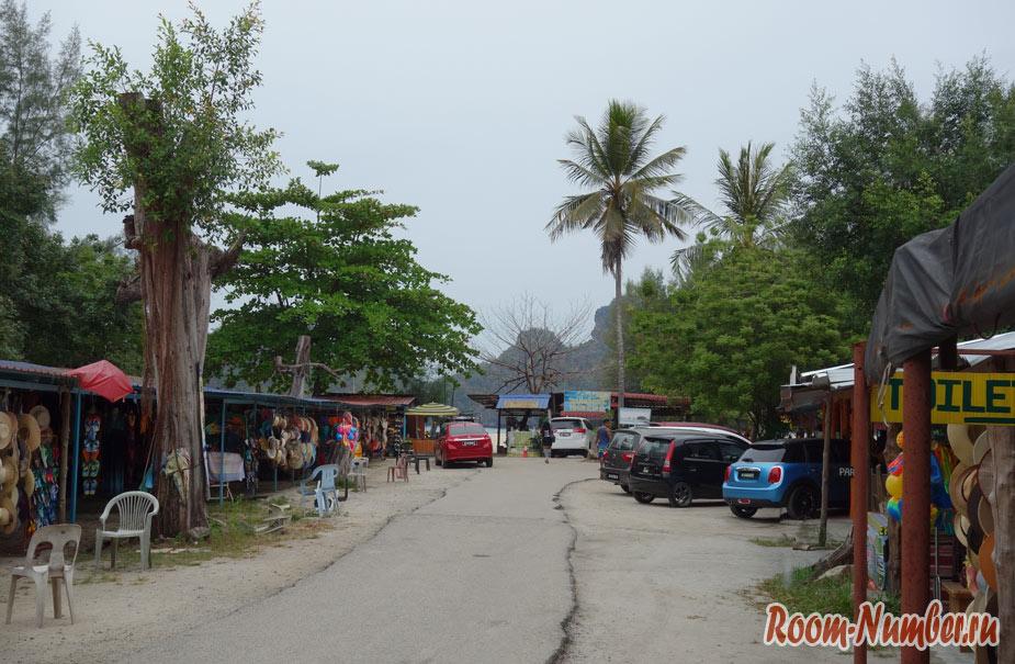 парковка и рынок возле пляжа Танджунг Ру бич на Лангкави
