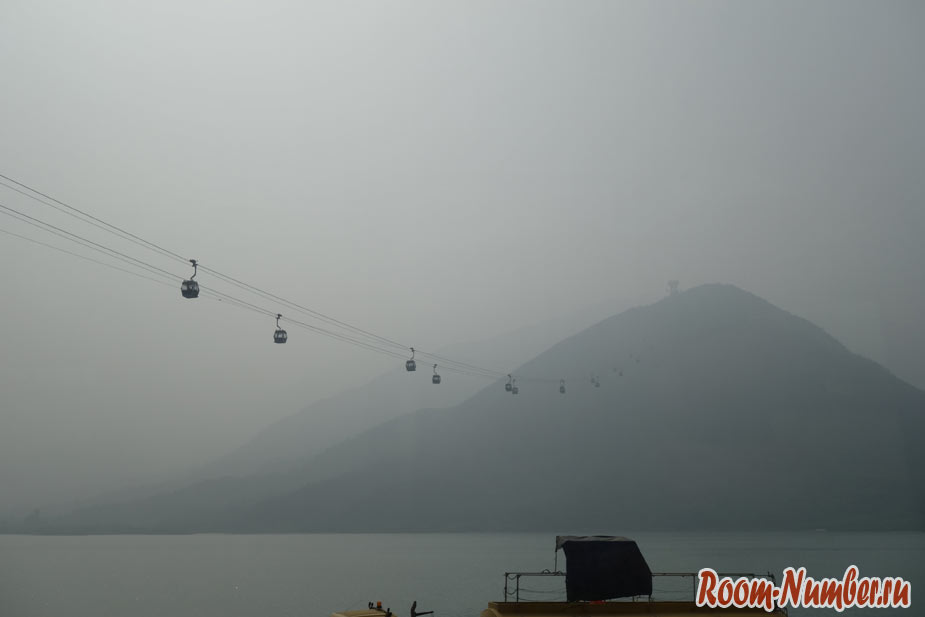 Смог в Гонконге и канатная дорога на остров Лантау к горе с большим Буддой