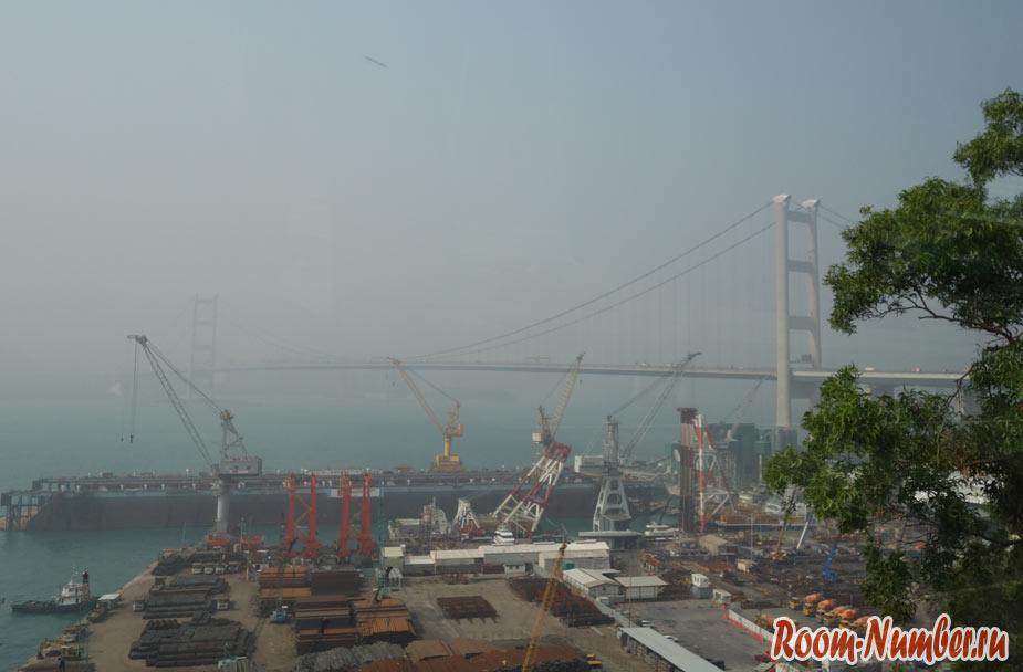 Смог в Гонконге в порту и вид на мост