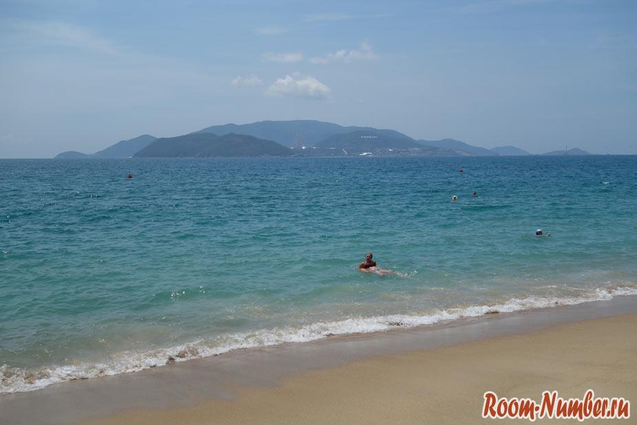 Спокойное море без волн в Нячанге в июне