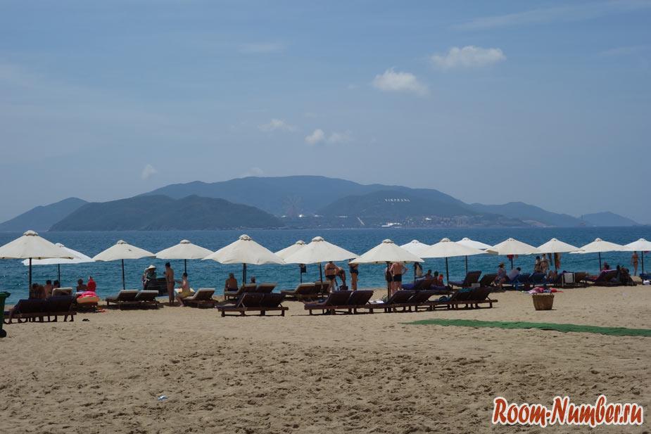 зонтики и шезлонги на пляже Nha Trang beach