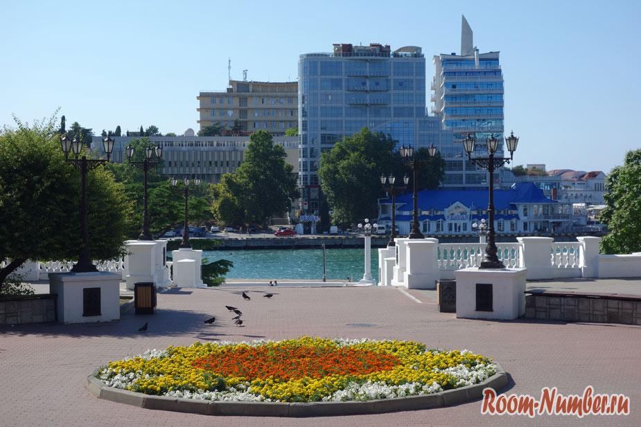 Город Севастополь. Центр, набережная и Хрустальный цементный пляж