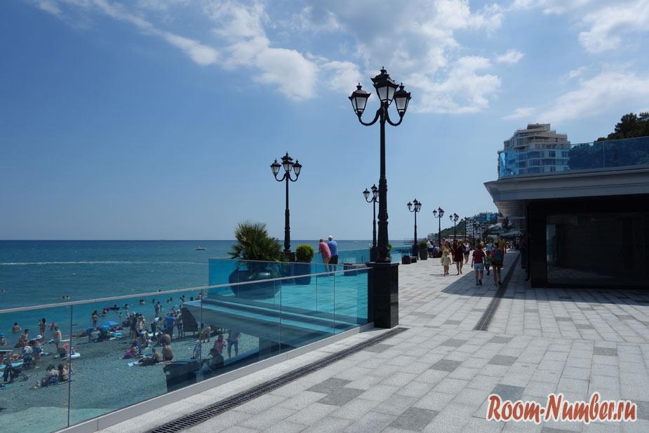Приморский пляж в Ялте и новая набережная после реконструкции