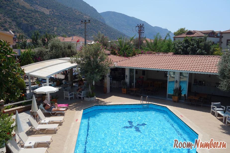 Bronze Hotel в Олюденизе. Наш отель с бассейном возле пляжа