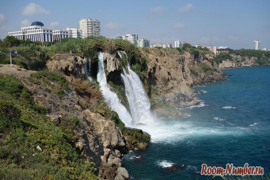 Водопад в Анталии (Duden waterfall), который впадает в море