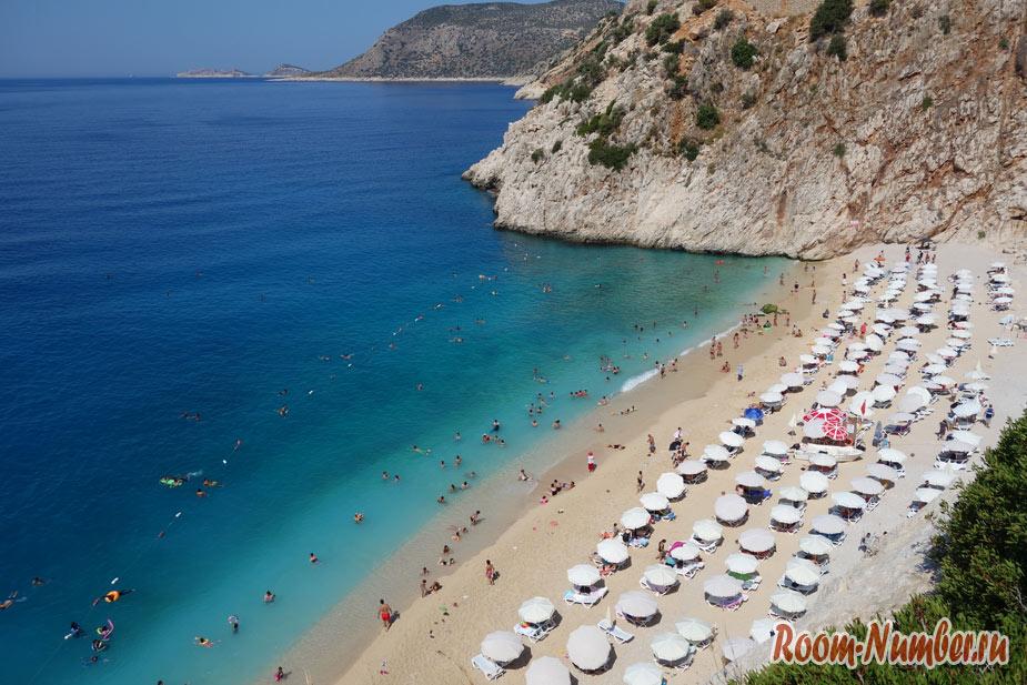 Пляж Капуташ, Турция. Бухта среди гор с голубой водой