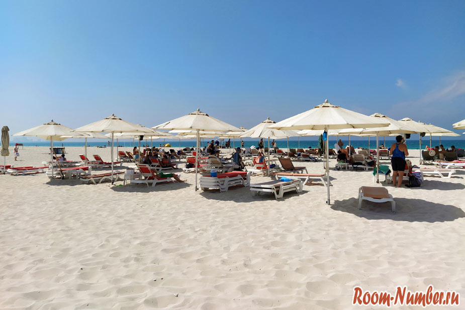 Зонтики и лежаки на пляже Саадият