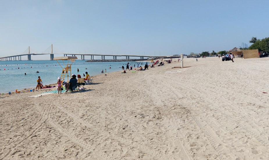 Пляж с видом на мост Al Bateen Beach
