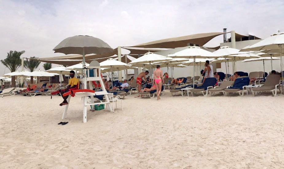 Туристы загорают на острове Яс