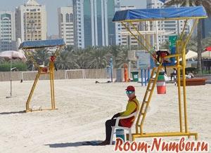 Спасатели на пляже Абу Даби