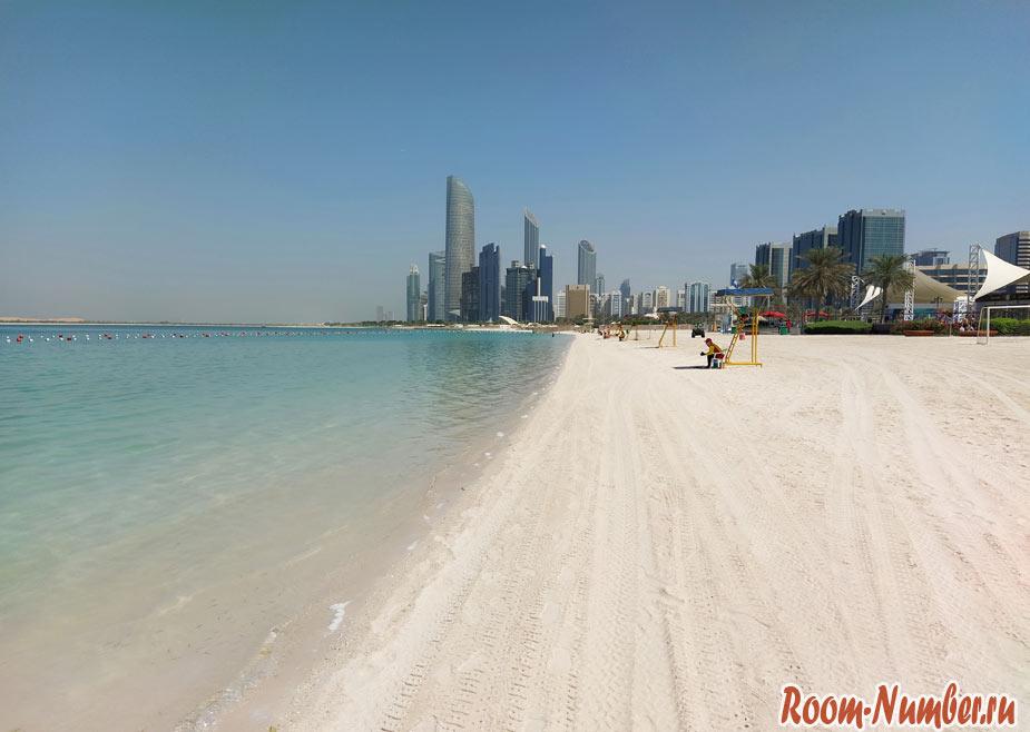 Пляж Абу Даби с небоскребами