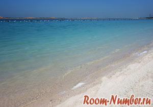 прозрачное море на городском пляже абу даби бич