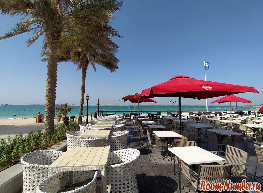 Зонтики и пальмы пляж Корниш Абу Даби