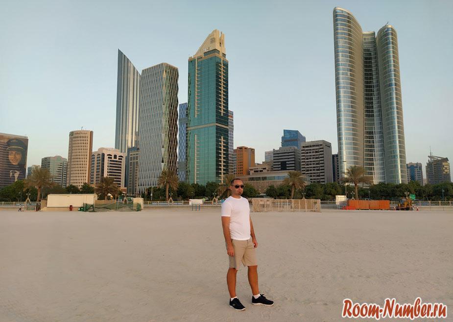 Слава блог room-number.ru на пляже в ОАЭ