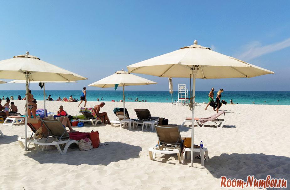 Зонтики и шезлонги отеля Хаят Абу Даби на пляже Саадият