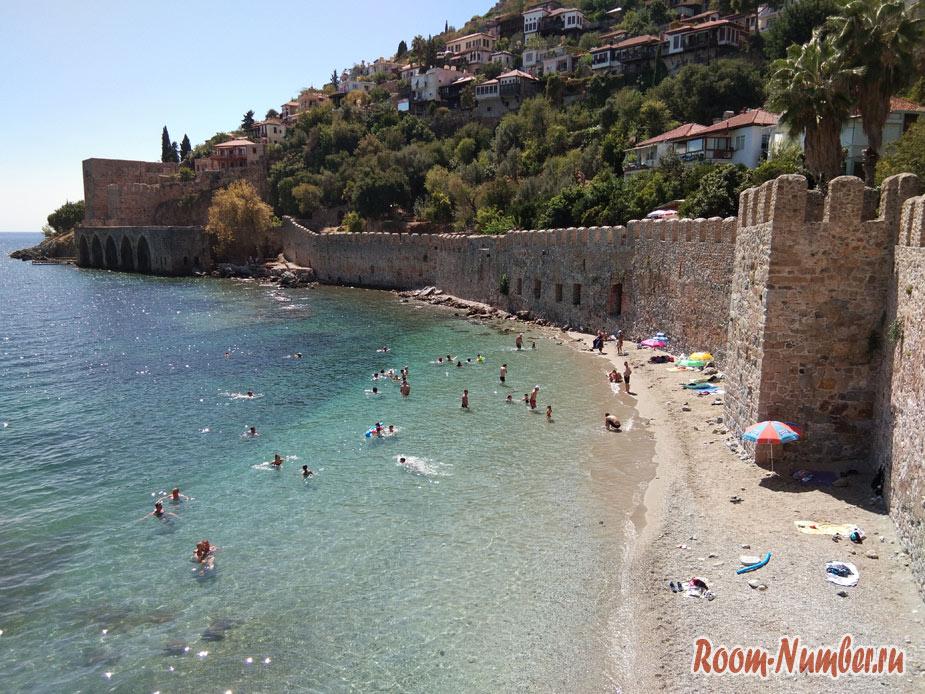 Секретный пляж в Аланье у крепости и красной башни